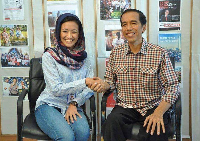 joko widodo berjabat tangan dengan juru bicara kampanyenya lathifa marina al anshori foto facebook lathifa
